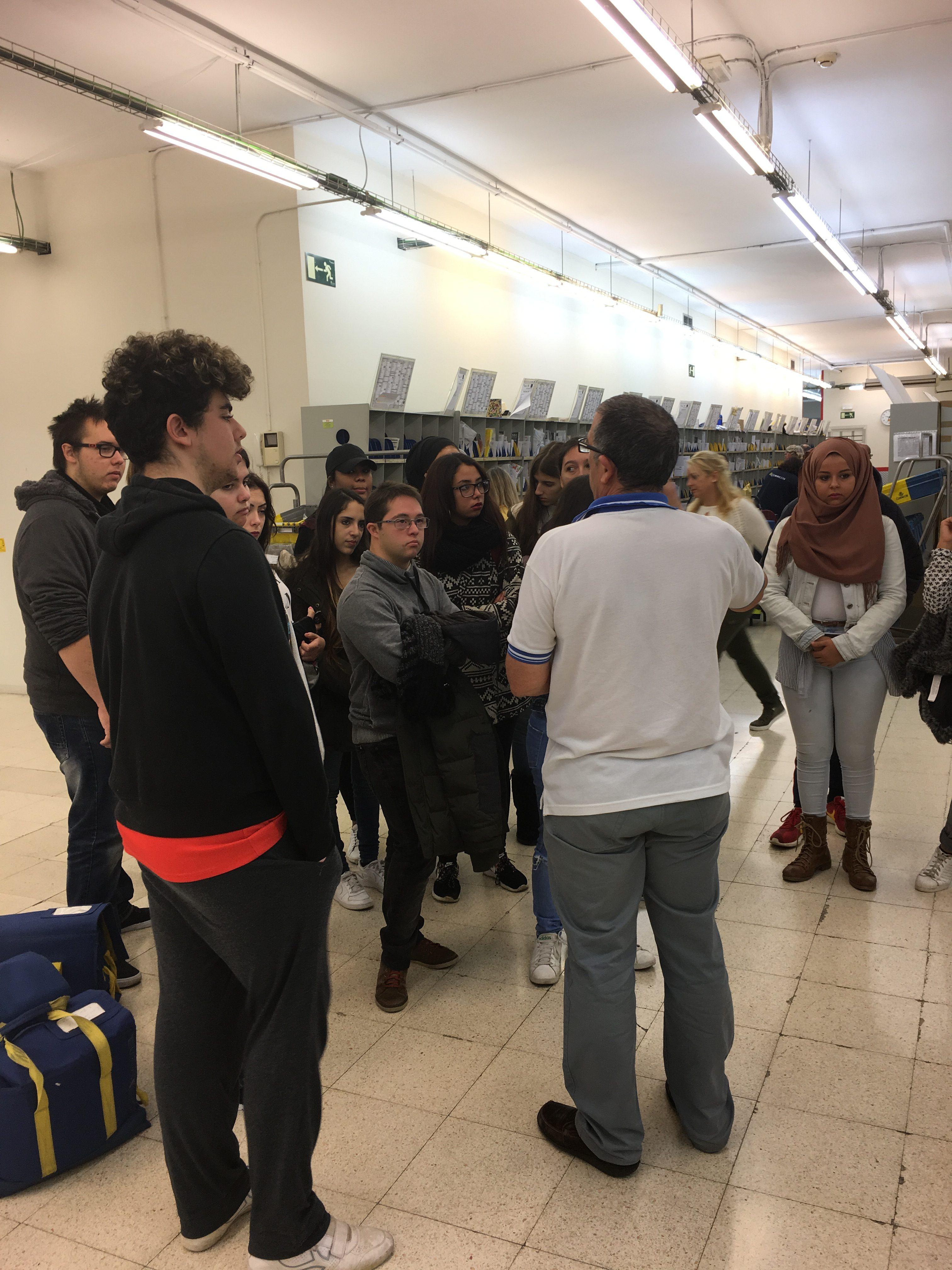 Els alumnes dels PFI d'Oficina i Administratiu van visitar l'Oficina Principal de Correus de Mataró